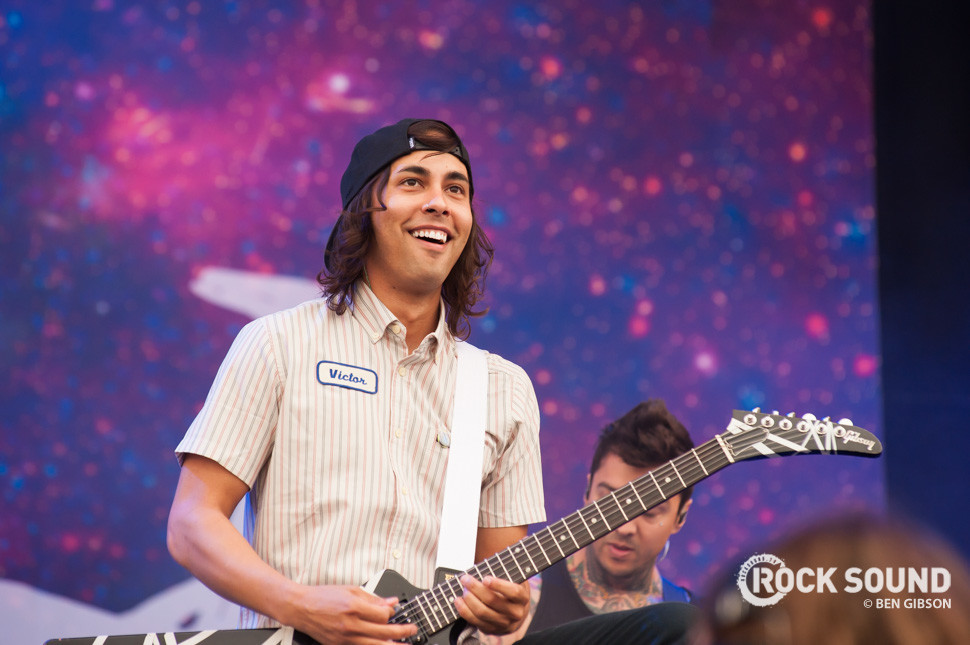 Watch Vic Fuentes Fail At Playing His Own Song On Guitar ...