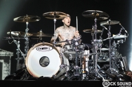 "Travis Barker Thinks Tom DeLonge Should ""Man Up And Quit"" Blink-182"